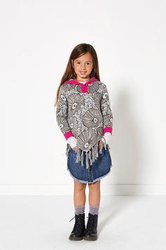 Glamping | Fashion | Poncho | Grey | Flower print | Lookbook