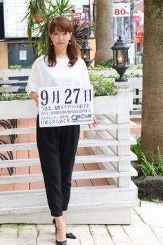 9月27日女性ドライバーの日1917年大正6年のこの日栃木県の渡辺はまさんが日本の女性としては初めて自動車の運転免許を取得しました  当時23歳だった渡辺さんはその年の1月に栃木から東京へ上京し自動車学校へ入学4月に卒業してからは自動車商会で運転手見習いをしながら自動車試験に臨んだのだそうです  2015年運転免許保有者数はおよそ8200万人女性は3600万人で44.8を占めています   さて本日の美人カレンダーはミセスモデルの永田弘恵さんです  詳しくはQBC 九州ビジネスチャンネルをご覧ください