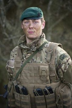 Although not a Royal Marine this soldier has passed the All arms commando course giving him the right to wear the green beret and shoulder flash. British Marine, British Army Uniform, Men In Uniform, Military Photos, Military Men, Marine Commandos, British Armed Forces, Afghanistan War, Green Beret