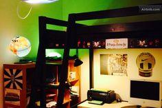 La camera degli ospiti con soppalco, scrivania e un enorme armadio a tutta parete