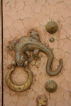 Lizard door knocker on pale peach door