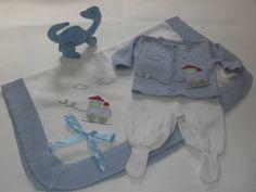 Saída de maternidade é confeccionada artesanalmente em tricô bordada a mão.   É enviado o  Conjunto (casaquinho+calça) e a manta. Obs: Pode ser alterado o bordado conforme informado na encomenda.   Tamanhos: P (indicado para recém nascido) ou M. R$ 95,00