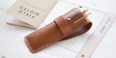 植物性タンニン鞣しの革を使用したペンケース。素材の質感が引き立つシンプルなデザインは男女共にお使いいだくことができます。フラップを差し込むタイプなので簡単にペンを取り出せます。