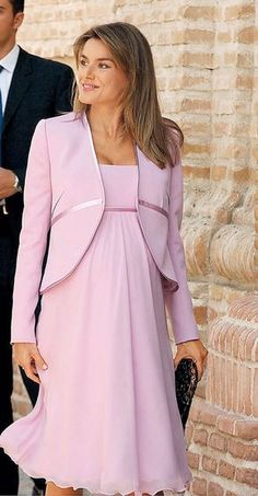 Queen Letizia of Spain. Cute Maternity Outfits, Stylish Maternity, Pregnancy Outfits, Maternity Wear, Maternity Dresses, Maternity Fashion, Breastfeeding Dress, Mother Daughter Fashion, Dresses For Pregnant Women