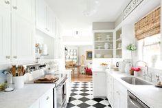 schwarz-weiße Bodenfliesen im Schachbrettmuster in der weißen Küche