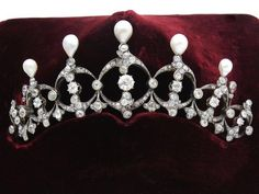 Diadem of gold and silver, decorated with scrolls and foliage patterns embellished with old-cut diamonds and roses crowned, enhanced probably fine pearl drop. Work of the nineteenth century.