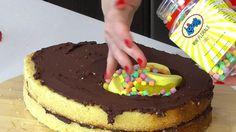 3 einzelne Kuchen werden übereinander geschichtet. Wenn du siehst, was zwischen ihnen ist, kommt Begeisterung auf.