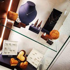 Hurra! Morgen geht es los!  Wir haben in den letzten Wochen fleißig umgebaut und unser #Geschäft zum Strahlen gebracht. Auch die tollen #Holzherzen von @4cases.at haben ihren Platz bei den #Verlobungsringen gefunden. Seht euch die Story an für mehr Bilder vom #Umbau und vom neuen Geschäft! #goldschmiede #ateliermargit #schmuck #schmuckliebe #Schmuckstück #supportyourlocal #buyregional #kommvorbei #withlove #wiröffnendietür #Verlobungsringe #willstdumichheiraten #marryme #madeinaustria… With Love, How Are You Feeling, Feelings, Instagram, Tips And Tricks, Beams, Pictures, Acre