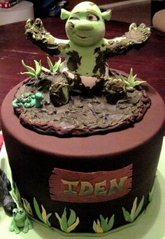 Dronkey and baby shrek shaped out of rice crispie treats and covered in fondant. cake is chocolate and yellow. Bolo Do Shrek, Shrek Cake, Cupcakes, Cupcake Cakes, Beautiful Cakes, Amazing Cakes, 2 Birthday Cake, Birthday Ideas, Crazy Cakes