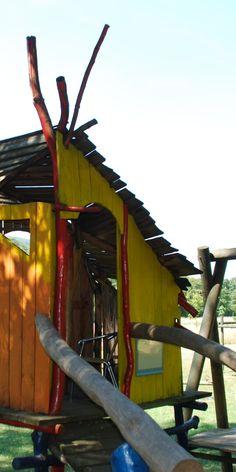 gelb-oranges Baumhaus mit Steg aus Holz Park, Tree Houses, Yellow, Nature, Parks