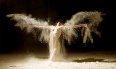 Um fotógrafo resolveu registrar bailarinos nus dançando encobertos por areia. O resultado não podia ter sido mais fantástico.