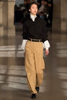 Lemaire Fall 2016 Ready-to-Wear Fashion Show Collection: See the complete Lemaire Fall 2016 Ready-to-Wear collection. Look 17 Look Fashion, Runway Fashion, Winter Fashion, Fashion Show, Womens Fashion, Fashion Design, Petite Fashion, 70s Fashion, Paris Fashion