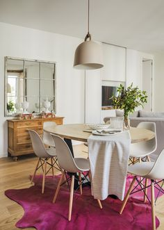 #Alfombra #rosa para dar u toque de color a este comedor de estilo nórdico / #Pink #rug to print some color to this nordic dining area