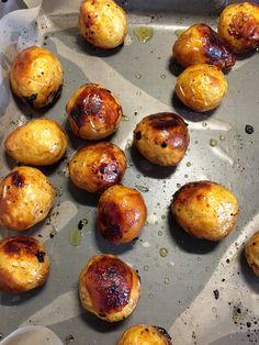 Måste tipsa om ett gott och enkelt tillbehör till grillat! Färskpotatis som rostas i ugnen tillsammans med honung, balsamvinäger, olivolja och salt. Hur gott som helst! Sätt på ugnen på 200 grader varmluft. Tvätta ca 2 kg färskpotatis, helst små! Låt torka och lägg på en plåt. Blanda ihop 2 msk oli