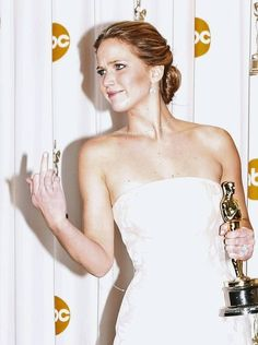 13 pictures of Jennifer Lawrence laughing off her Oscars 2013 fall Jennifer Lawrence Oscar, Jenifer Lawrence, Oscar Pictures, Funny Celebrity Pics, Dior Gown, Oscars 2013, Best Actress Award, Daniel Day, Day Lewis