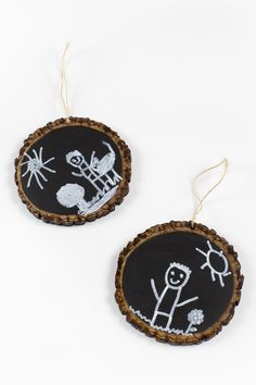Easy Keepsake Chalkboard Ornaments, guaranteed to make your heart swoon every Christmas. Perfect for kids who have outgrown handprint and footprint art. Preschool Christmas Crafts, Kids Christmas Ornaments, Holiday Crafts For Kids, Christmas Gifts For Mom, Christmas Wood, Handmade Christmas, Kid Crafts, Christmas Ideas, Christmas Parties