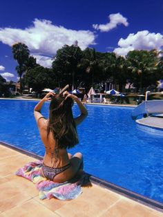 I love this elegant pool pictures Story Instagram, Photo Instagram, Pool Poses, Pool Photography, Pool Picture, Insta Photo Ideas, Foto Pose, Girl Photo Poses, Summer Pictures
