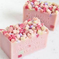 パルミトレイン酸を多く含むマカダミアナッツオイル65%配合のとても贅沢なレシピ。とてもしっとりしたお肌に洗い上がります。*ミントとローズを合わせた清涼感のある香り