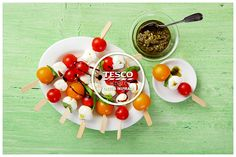 Špízky caprese s cherry rajčátky a baby mozarellou  http://www.tescorecepty.cz/recepty/detail/169-spizky-caprese-s-cherry-rajcatky-a-baby-mozarellou