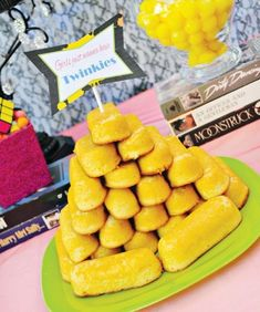 theme inspired dessert table with twinkie tower Eighties Party, 90s Party, Retro Party, Neon Party, Party Fun, 80s Party Decorations, Party Food Themes, Table Decorations, 1980s Party Food