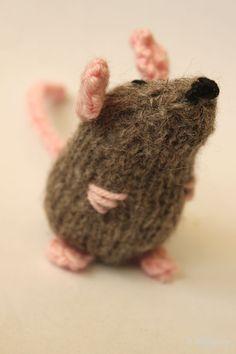 knit mouse … - Knitting and Crochet Crochet Home, Crochet Crafts, Knit Crochet, Knitted Stuffed Animals, Knitted Animals, Knitting Yarn, Baby Knitting, Knitting Patterns Free, Crochet Patterns