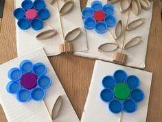 activité créative de printemps, tiges en bois, pétale en carton et en capuchons de bouteille recyclées, bricolage enfant facile