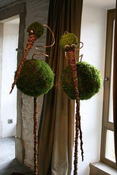 This says: Vogels op stok van piepschuimbol met mos en aluminiumdraad. Deco Floral, Arte Floral, Floral Design, Ikebana, Summer Decoration, Nature Crafts, Garden Crafts, Yard Art, Plant Hanger