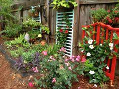 Painted repurposed cribs as garden trellises Garden Crafts, Diy Garden Decor, Garden Projects, Garden Art, Garden Design, Clematis Trellis, Garden Trellis, Garden Gates, Old Cribs