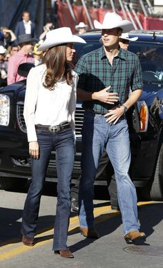 Prince William and Kate Middleton dress up as cowboys for rodeo in Calgary Casual Kate Middleton, Kate Middleton Photos, Fashion Looks, Royal Fashion, Women's Fashion, Lady Diana, Calgary, Kate And Pippa, Prince William