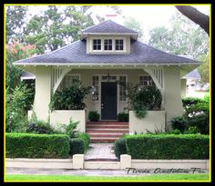 Bungalow with gorgeous lines by FL Architect. Bungalow with gorgeous lines by FL Architect. Craftsman Exterior, Craftsman Style Homes, Craftsman Bungalows, Exterior Paint, Bungalow Homes, Cottage Homes, 1940s Bungalow, Bungalow Porch, Bungalow Decor