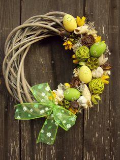 Velikonoční+věnec+Malý+proutěný+věneček+šedé+barvy,+velikost+cca+25+cm.+Zdobený+plastovými+vajíčky,+plody+a+sušinou.+Trvanlivá+dekorace.