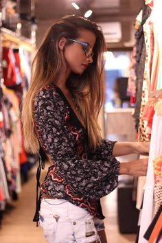 "Dheise Oliveira ""garimpando"" preciosidades da moda na #ContainerOutlet O que você está esperando? #vemprocontainer #blogmilemuma #beautyblogger #dheiseoliveira #fashion #moda"