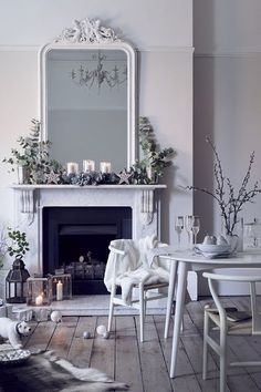 White on white decor with simple holiday/Christmas decorations on a classic fireplace mantel Christmas Interiors, Christmas Bedroom, Christmas Home, Christmas Trends, Christmas Fireplace, White Christmas, Modern Christmas, Beautiful Christmas, Home Design