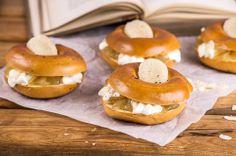 Laskiaispullan voit valmistaa myös herkullisesta pullanmakuisesta rinkelistä. Omenamarmeladi sopii erinomaisesti täytteeksi kerma-rahkan kanssa. Nämä valmistuvat näppärästi myös yllätysvieraille: Omenainen laskiaisrinkeli