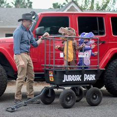 I may have to go find some small children and do these costumes& The post Jurassic Park Family Costumes! & Kinder Kostüme appeared first on Halloween costumes . Cute Halloween Costumes, Halloween 2019, Holidays Halloween, Halloween Kids, Halloween Decorations, Halloween Party, Funny Family Costumes, Stroller Halloween Costumes, Mother Daughter Halloween Costumes
