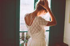 Tantôt babydoll, garçon manqué, ballerine ou encore icône vintage, la mariée civile Lorafolk est irrésistiblement insaisissable mais son essence reste la même : dentelle de Calais, dos plongeants, crêpe de soie et inspirations Art déco.