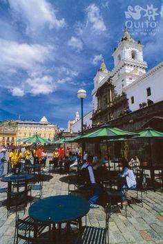 Es un café en Quito, Ecuador. Tiene las mesas y las sillas.