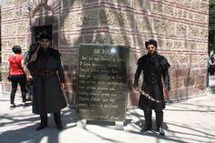 Bilecik'in Söğüt ilçesindeki, askerlerin nöbet tuttuğu Ertuğrul Gazi Türbesi'ni Ramazan Bayramı'nda yaklaşık 10 bin kişi ziyaret etti. Ailelerden oluşan ziyaretçilerin ilgi odağını alp kıyafetleri, aksesuarlar ve tarihi misyona uygun malzemeleriyle nöbet tutan askerler oluşturdu.
