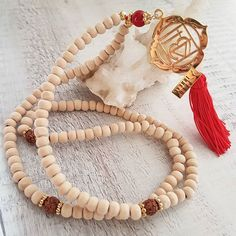 "Ref:C02132 Mala Chakras (1.chakra) CHAKRA RAIZ ""MULADAHRA"" Color rojo. ❤  Cantidad de energía física, voluntad de vivir.  YO TENGO.  @pavoirreal #pavoirreal #necklace #malas #chakras #naturalstone #jewelry #golden  #style #mystyle #handmade #design #colombiandesign #style #biyoux #musthave #handcrafted #yocomprocolombiano💯✔️"
