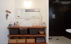 Como usar cestos na organização do banheiro, seja por falta de espaço nos armários, seja por estilo.