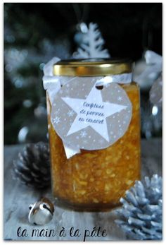 Peu avant Noël, je vous présentais une confiture de Noël à la pomme à offrir en cadeau gourmand. J'ai aussi réalisé celle-ci pour offrir le jour de Noël aux dames présentes autour de ma table. J'ai en fait offert ces deux confitures le même jour en cadeau de table. Cette confiture de pommes au caramel … … Lire la suite →
