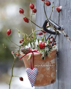 """AntjeMichaelis-Haegner,Germany on Instagram: """"Mit Schnee ist heute nicht zu rechnen bei uns... 😉 Haben Sie gerade im Radio gesagt... Dafür allerdings mit Kopfschmerzen . Na…"""" Wreaths, Christmas Ornaments, Holiday Decor, Instagram, Advent, Home Decor, Numeracy, Decoration Home, Door Wreaths"""