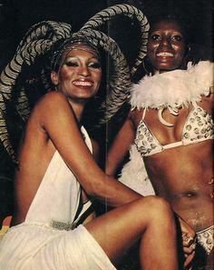 """Marina Montini e Dina no Canecão - Baile oficial da abertura do carnaval carioca em 1978 (da revista """"Manchete"""")."""