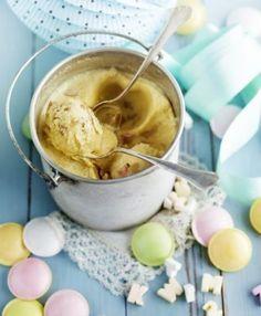 Ei ole kotitekoisen omenajäätelön voittanutta! Jäätelömassa tehdään täysmaidosta, kermasta ja keltuaisista - sokeria unohtamatta. Glukoosisiirappi tekee jäätelön rakenteesta pehmeän. Reilut, jälkiruokaviinissa keitetyt omenasattumat tekevät jäätävästä herkusta ylenpalttisen satumaisen. Tämän jälkeen ei ole paluuta enää perusvaniljaan!