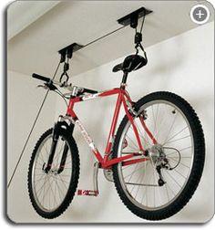 Como guardar bicicletas em ambientes pequenos: sistema de polias, que içam a bike até o teto.