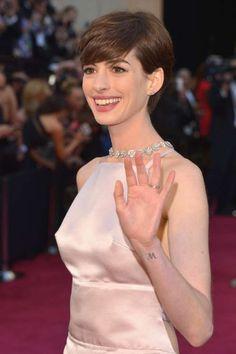 Dans le creux de son poignet, Anne Hathaway dévoile cette petite lettre M. L'actrice n'a jamais expl... - Glamour