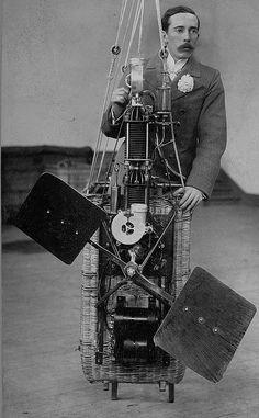 """Santos Dumont - O motor a gasolina do tipo """"Antoinette"""", construído por Leon Levavasseur, era em """"V"""" com 8 cilindros (4 de cada lado) e tinha inicialmente uma potência de 24 HP  funcionando a um regime de 1000 rpm (rotações por minuto)."""