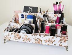 Olá pessoas,     O tutorial de hoje é para aqueles que me pediram uma opção de organizador para colocar maquiagem e cosméticos.       ...
