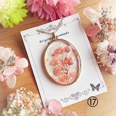 """みくろ on Instagram: """"こんにちは🐱🌸 . 昨日はたくさんのお嫁入りホントにありがとうございました😂💓追加で数点購入してくださった方もたくさんいて、嫁ぎ先でアクセサリーが活躍してくれる日が楽しみです😆✨✨ . 残るはこの⑰ちゃんのみ🌸😌 .…"""" Diy Resin Art, Diy Resin Crafts, Jewelry Crafts, Diy And Crafts, Resin Jewelry Making, Pressed Flower Art, Bijoux Diy, Flower Crafts, Handmade"""
