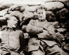 Giuseppe Ungaretti (a destra) sulle trincee del Carso, 1916